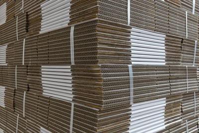 Pallet met witte dozen